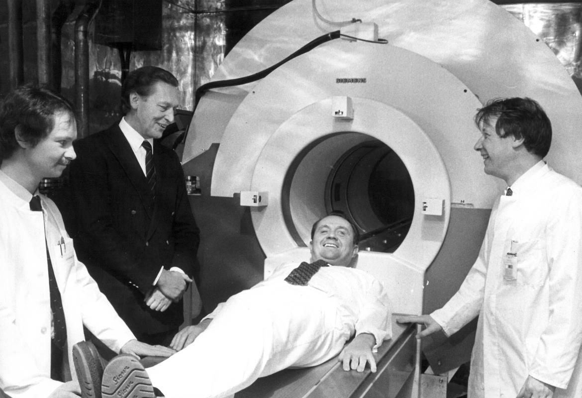 Historical photograph 1983: Professor Hundeshagen is in Europe's first MRI scanner.